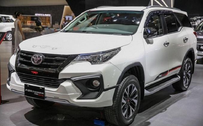 Toyota Fortuner trang bị rất nhiều chi tiết mạ Crom bóng bẩy