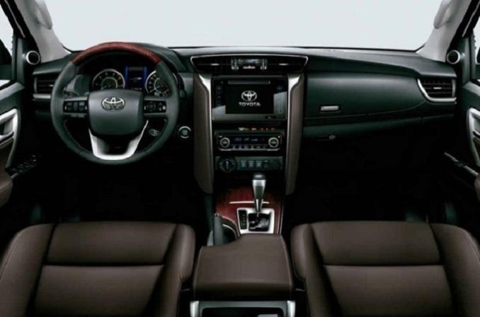Phần táp lô  Toyota Fortuner 2.7 4x4 có cấu tạo chữ T với cột sống có nẹp nhôm dày